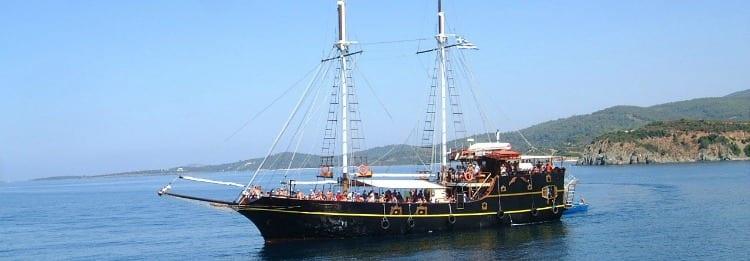 כרתים עם ילדים - שייט בספינת פיראטים