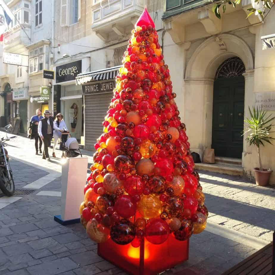 מלטה עם ילדים - עצי אשוח בחג המולד