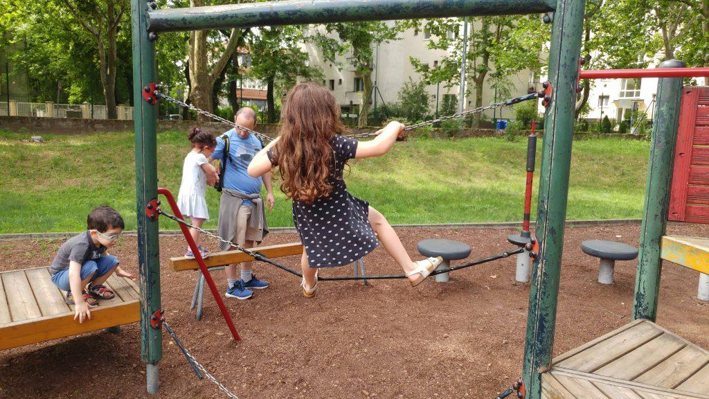 דברצן עם ילדים - גן שעשועים Ötholdas Pagony