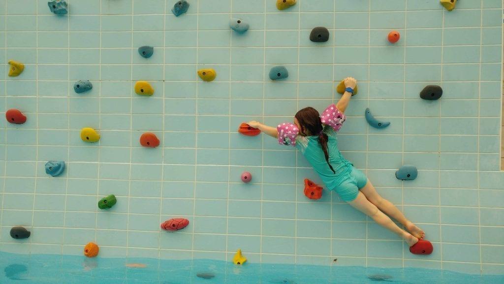 דברצן עם ילדים - פארק המים Aquaticum - קיר הטיפוס