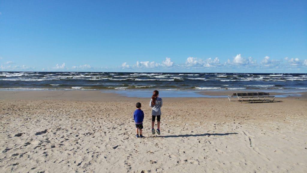 לטביה עם ילדים - יורמלה עם ילדים - הים הבלטי