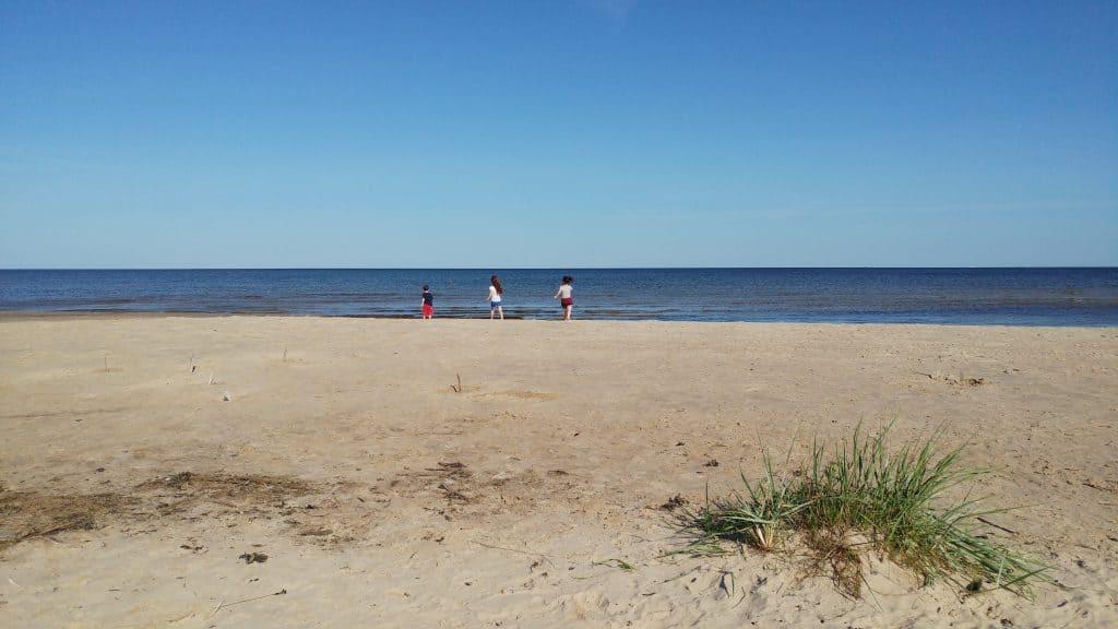 לטביה עם ילדים - יורמלה עם ילדים - פארק Ragakapa בים