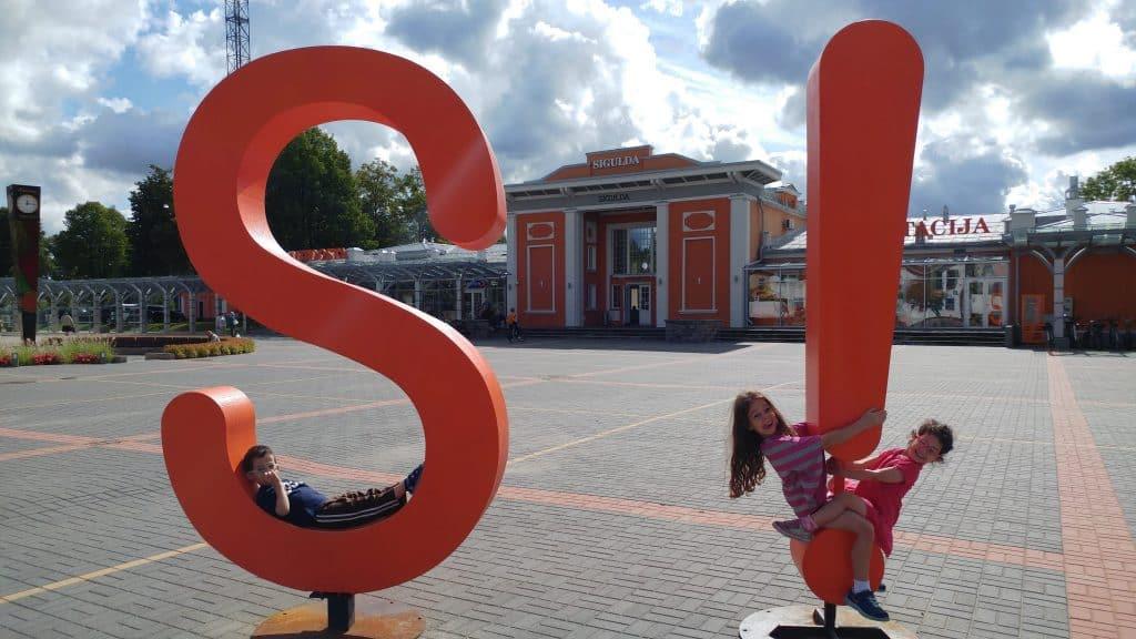 לטביה עם ילדים - סיגולדה עם ילדים