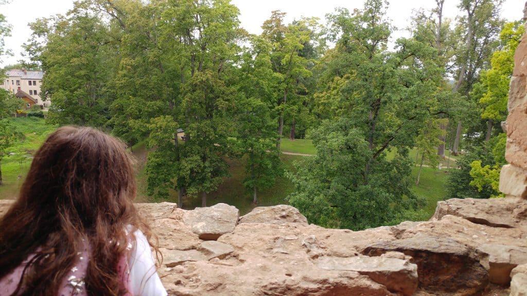 לטביה עם ילדים - טירת צסיס Cesis Castle