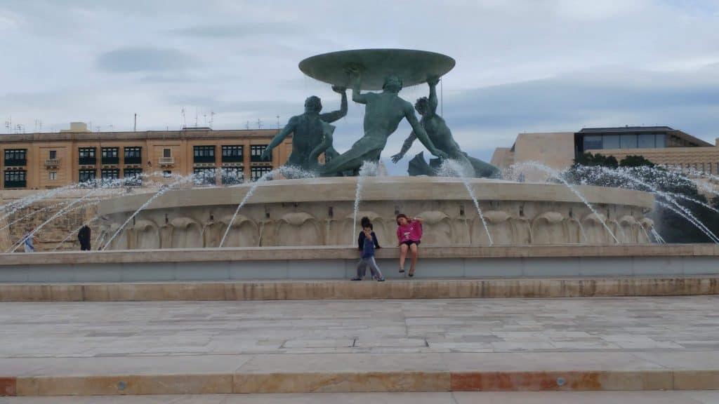 מלטה עם ילדים - וולטה - מזרקת Triton