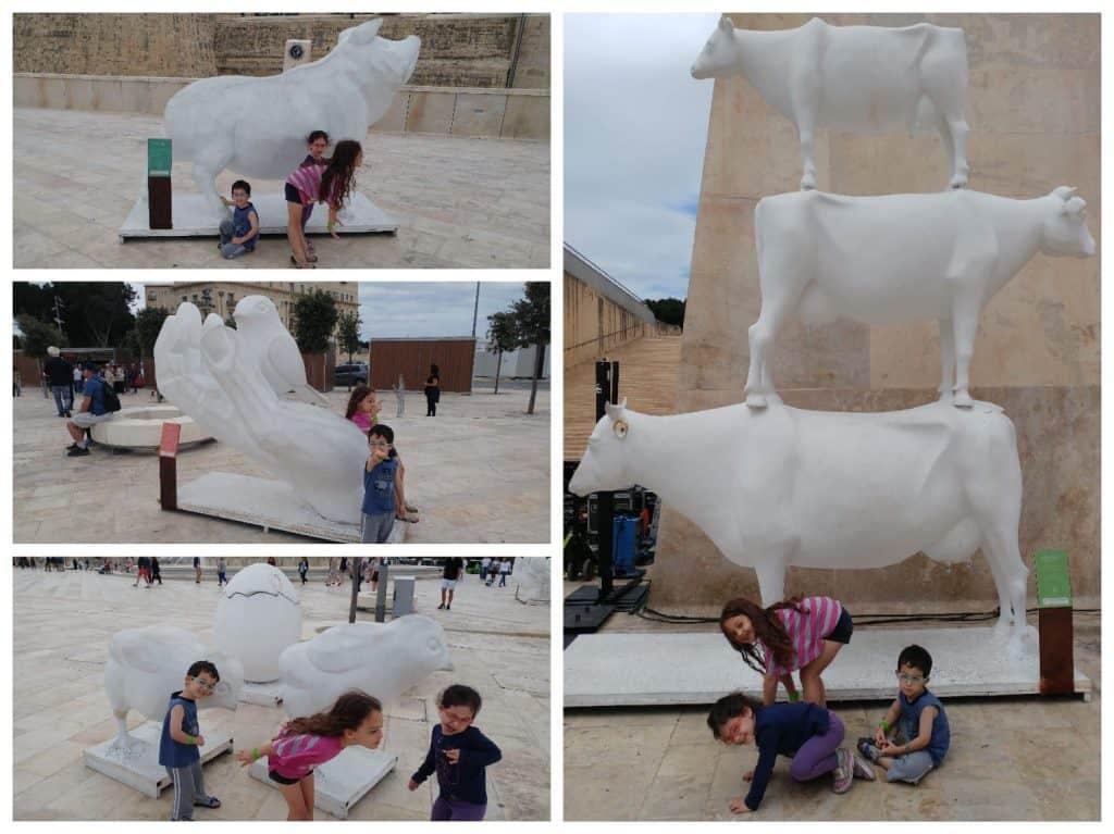 מלטה עם ילדים - פסלים