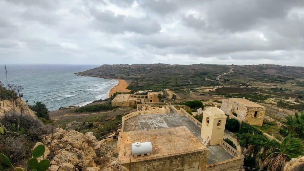 מלטה עם ילדים - גוזו - מערת קליפסו והמצפה על חוף רמלה