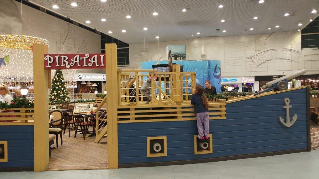 קובנה עם ילדים - מסעדת הפיראטים בקניון מגה