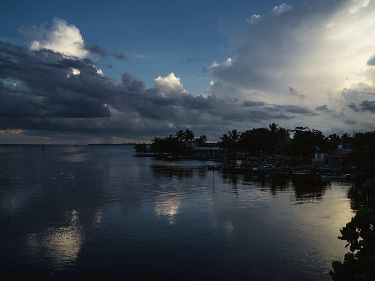 נוף מהמם של שקיעה על הים