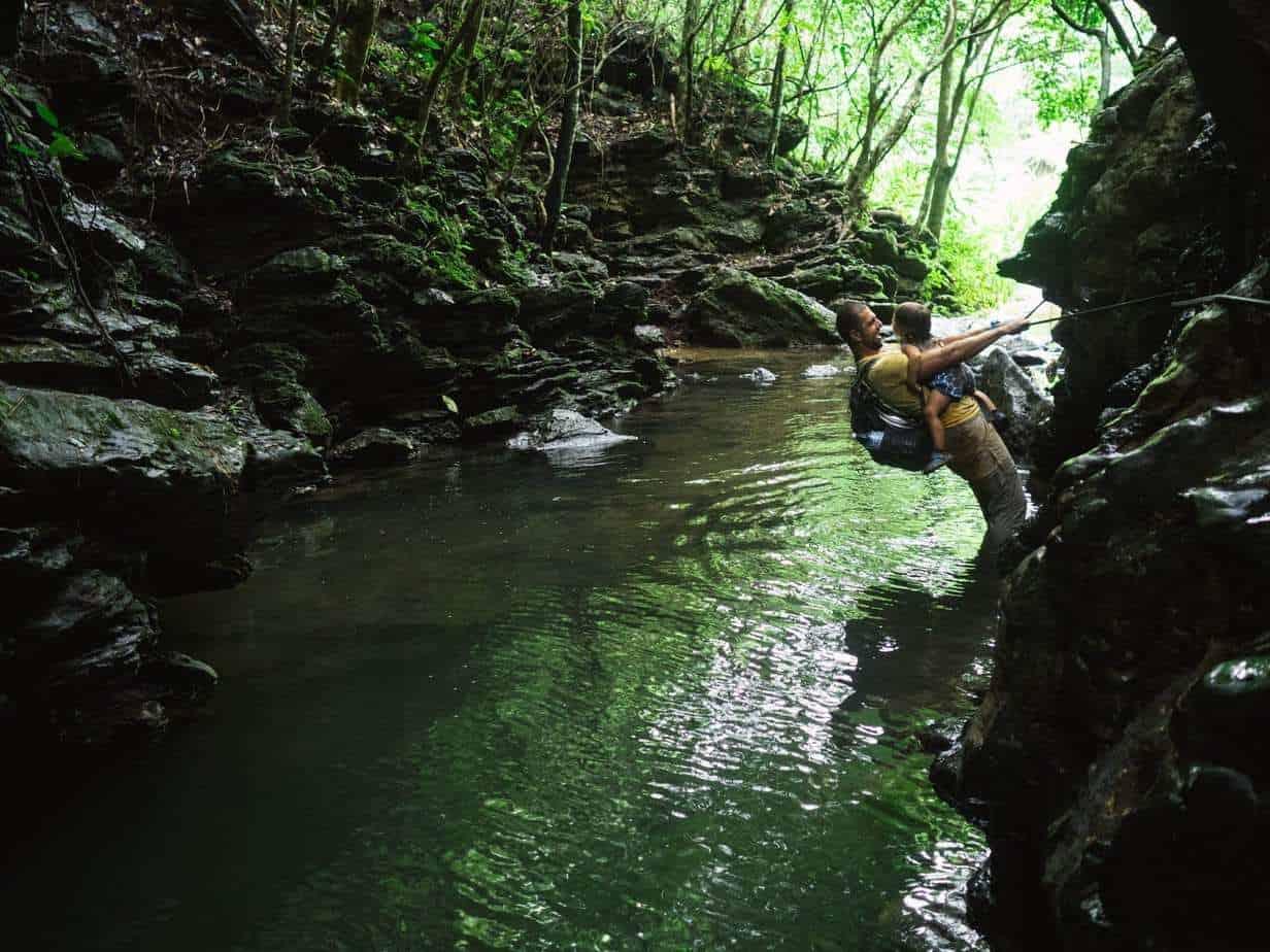מסלול טבע עם נהר, אבא מטפס עם ילדה במנשא