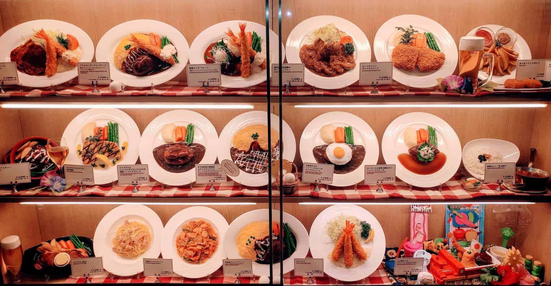 טוקיו עם ילדים - אוכל בחלונות של המסעדות