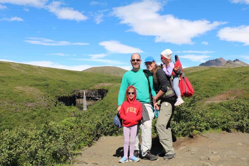 איסלנד למשפחות עם ילדים - מפל Svartifoss