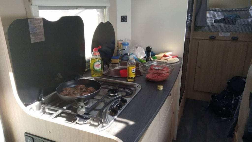 טיול קרוואנים באלפים הגרמנים עם ילדים - המטבחון בקרוואן