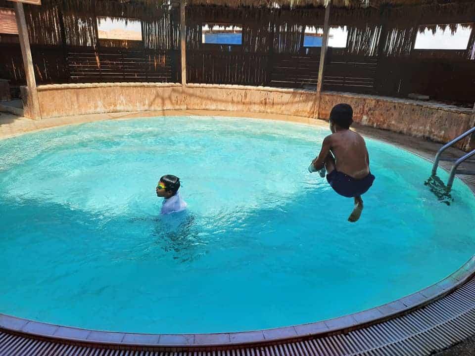חוות האנטילופות - לינה בערבה עם ילדים - הבריכה בחאן